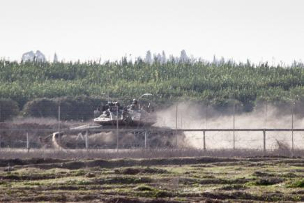 Israeli tanks near the fence