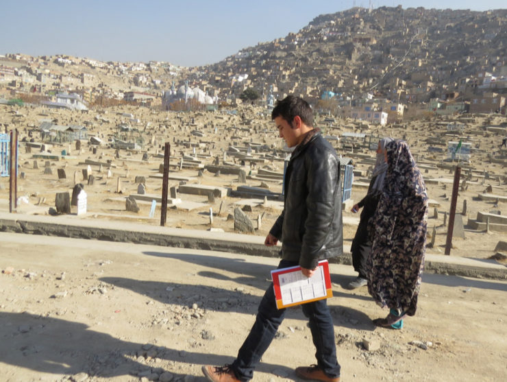 06-zek-and-i-walk-past-karte-sakhi-mosque-and-her-overflowing-graveyard-1024x771